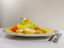 Zijaanzicht van een salade met aardappels, kersentomaten en eieren, CH stock afbeelding