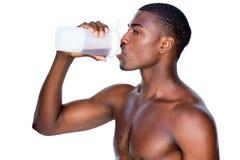 Zijaanzicht van een sportieve mens het drinken proteïne Royalty-vrije Stock Foto