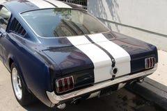 Zijaanzicht van een uitstekende klassieke autobestelwagen in de straat royalty-vrije stock foto
