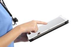 Zijaanzicht van een verpleegster of artsenhand die een tablet gebruiken Stock Fotografie
