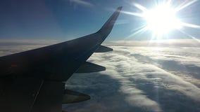Zijaanzicht van een vliegtuig boven de wolken stock video