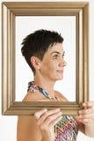 Zijaanzicht van een vrouw met kader Stock Foto