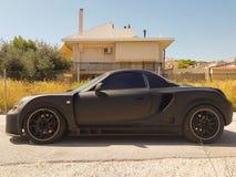 Zijaanzicht van een zwarte sportwagen Royalty-vrije Stock Foto's