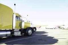 Zijaanzicht van Grote Glanzende Vrachtwagens Stock Afbeeldingen