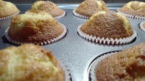Zijaanzicht van heerlijke vers gebakken muffins na het koken stock afbeelding