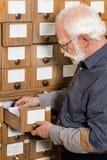 zijaanzicht van het hogere mannelijke archivaris zoeken royalty-vrije stock foto