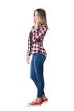 Zijaanzicht van het jonge toevallige vrouw spreken op de mobiele telefoon die neer eruit zien Stock Foto's