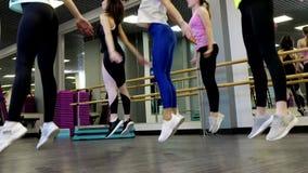Zijaanzicht van het mooie jonge actieve vrouwen cardio doen stock footage