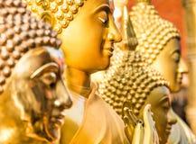 De gouden Standbeelden van Boedha - sluit omhoog Perspectief Royalty-vrije Stock Foto's