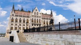 Zijaanzicht van Hongaars Parlementsgebouw - Boedapest, Hongarije royalty-vrije stock fotografie