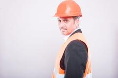 Zijaanzicht van ingenieur die bouwvakker en weerspiegelend vest dragen Royalty-vrije Stock Foto