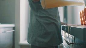 Zijaanzicht van jong vrouwen gietend sap van kruik in glas, morserijen het op lijst stock video