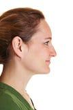 Zijaanzicht van jonge donkerbruine vrouw Stock Foto