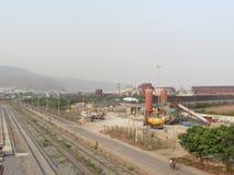 Zijaanzicht van kleine fabriek dichtbij door spoorlijn royalty-vrije stock foto