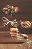 Zijaanzicht van koekjes en droge rozen Stock Afbeeldingen