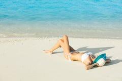 Zijaanzicht van langharige jonge vrouw in zwempak royalty-vrije stock foto's