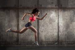 Zijaanzicht van lopende vrouw Royalty-vrije Stock Fotografie