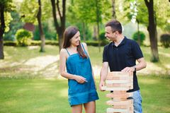 Zijaanzicht van mannen en vrouwen die spel in een park spelen stock afbeeldingen