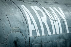 Zijaanzicht van militair vliegtuig met inschrijving. Royalty-vrije Stock Foto's