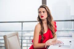 zijaanzicht van peinzende vrouw royalty-vrije stock foto's