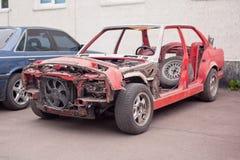 Zijaanzicht van rode oude roestige auto Stock Foto's