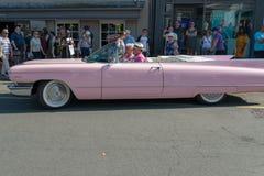 Zijaanzicht van roze cadillac op bezige Engelse straat tijdens autorijdenfestival Royalty-vrije Stock Afbeeldingen