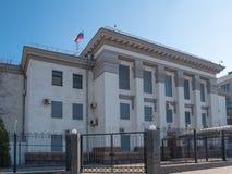 Zijaanzicht van Russische federatieambassade in Oekraïense hoofdstad Kiev stock afbeeldingen