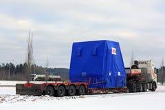 Zijaanzicht van Semi Geparkeerde Vrachtwagen Overmaatse Lading Royalty-vrije Stock Afbeeldingen