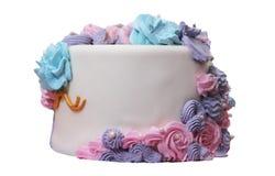 Zijaanzicht van verfraaide romige cake royalty-vrije stock afbeeldingen