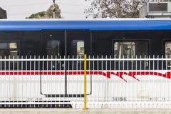 Zijaanzicht van vervoersvoertuig dat in de voorsteden wordt geschoten royalty-vrije stock afbeelding