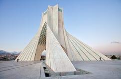Zijaanzicht van vierkant Azadi in Teheran Stock Foto's