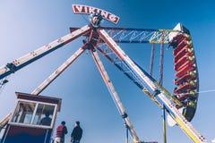 Zijaanzicht van Viking Funfair Ride in Pretpark onder Duidelijke Blauwe Hemel stock fotografie