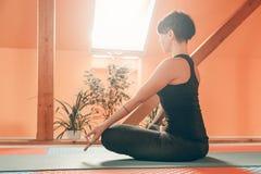 Zijaanzicht van vrouw die de oefening van de yogaontspanning doen royalty-vrije stock fotografie