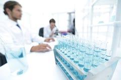 Zijaanzicht van wetenschappers die in laboratorium werken stock foto