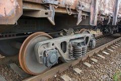 Zijaanzicht van wielwagen van oude roestige goederentrein stock afbeelding