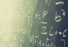 Zijaanzicht van wiskundeformules en berekening over bord worden geschreven dat Selectieve nadruk stock foto
