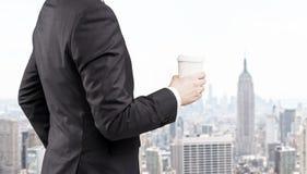 Zijaanzicht van zakenman tegen de mening van New York Stock Afbeeldingen