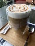 Zijaanzichtkaramel latté met radiaal patroon stock fotografie