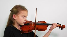 Zijaanzichtkind het spelen viool, studioschot stock footage