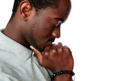 Zijaanzichtportret van een peinzende Afrikaanse mens stock afbeeldingen