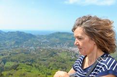 Zijaanzichtportret van een rustige vrouw op middelbare leeftijd royalty-vrije stock afbeelding