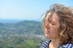 Zijaanzichtportret van een rustige vrouw op middelbare leeftijd royalty-vrije stock foto