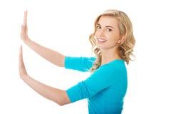 Zijaanzichtvrouw die het denkbeeldige scherm trekken Royalty-vrije Stock Afbeelding