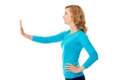 Zijaanzichtvrouw die het denkbeeldige scherm trekken Royalty-vrije Stock Foto