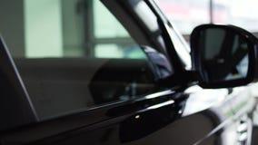 Zijachteruitkijkspiegel op een moderne auto voorraad Zij-meningsspiegel van de auto stock videobeelden