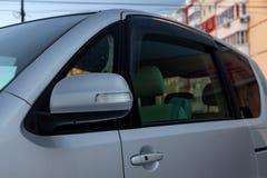 Zijachteruitkijkspiegel op het lichaam van minivan van grijze kleur met elementen van verchroomd ijzer in het ontwerp royalty-vrije stock afbeeldingen