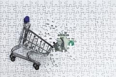 Zijboodschappenwagentjehoogtepunt van puzzel op backgro van de gelddollar Stock Afbeelding