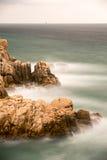 Zijdeachtig water met rotsen stock fotografie