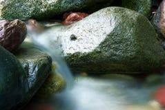 Zijdeachtige waterstroom Stock Foto's