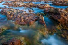 Zijdeeffect op het water in de rivier Tinto in Huelva stock fotografie